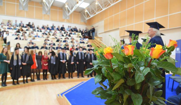 Šventinės diplomų įteikimo akimirkos